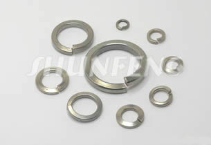 Nine zinc plated split washers in different diameters and thickness.